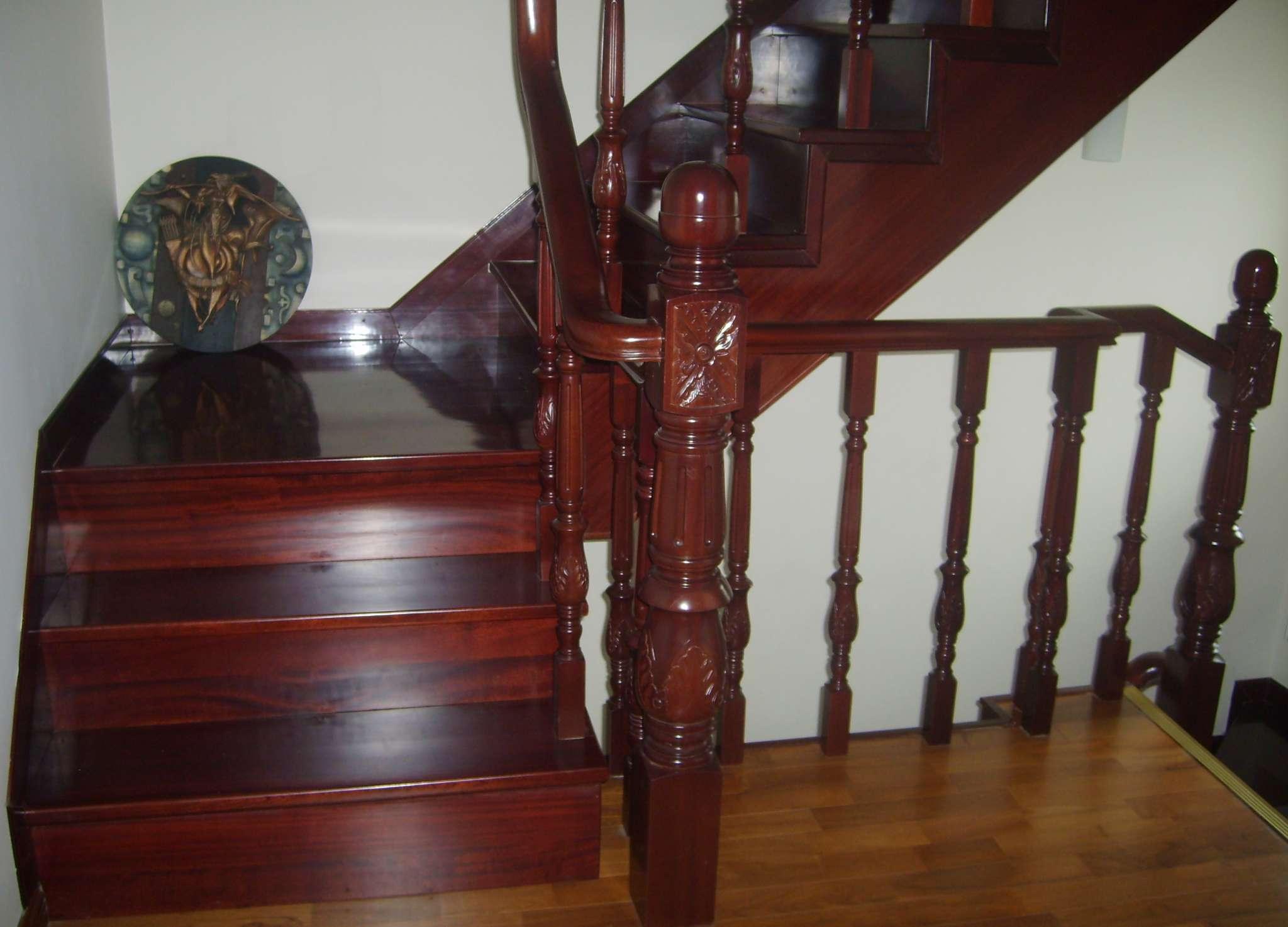 整体楼梯通过和上梁的固定连接来安装